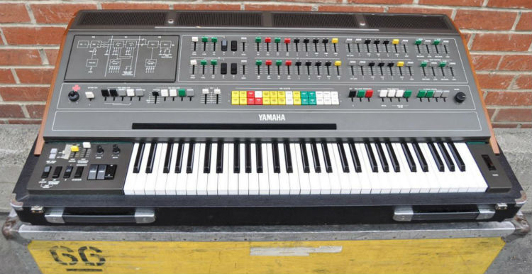 Yamaha CS-80 con flightcase de transporte