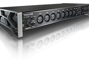 El interface de audio Tascam US-16x08 con sus flancos laterales para inclinación