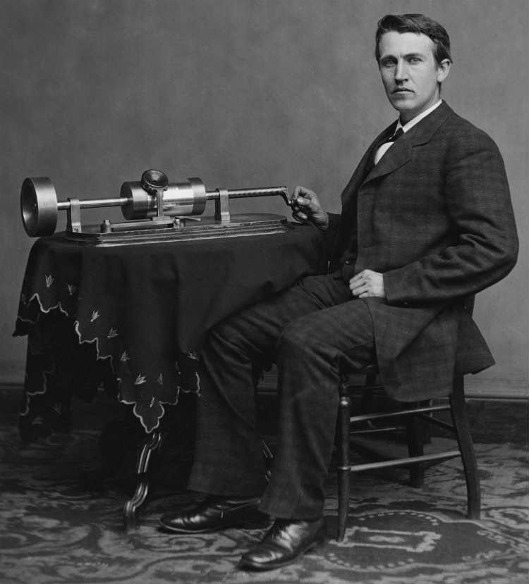 Thomas Alva Edison posando junto al fonógrafo (1878, Brady-Handy Photograph Collection - Library Of Congress, EEUU)