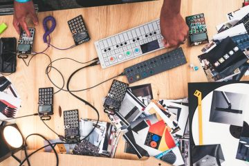La mesa del IKEA Music Lab durante el festival HAVEN, con numerosos detalles de Frekvens y hardware de Teenage Engineering