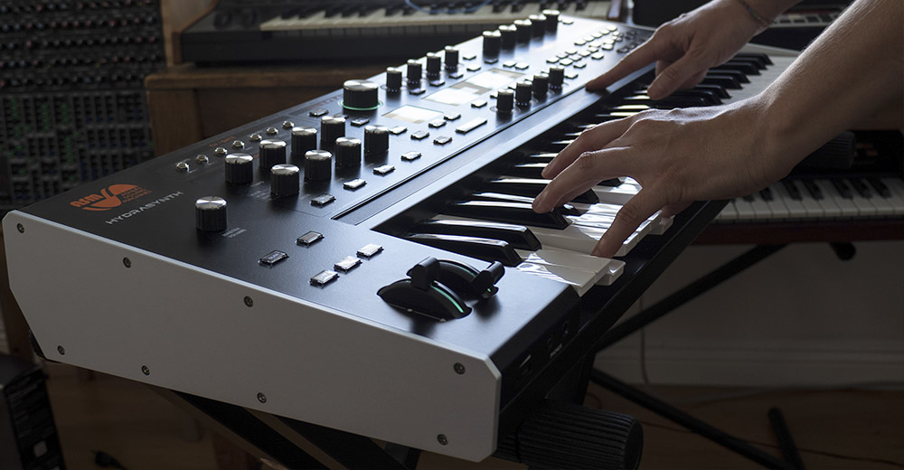Ashun Sound Machines Hydrasynth en una interpretación de teclado