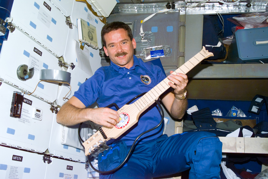 Chris Hadfield se despide de su estancia en la ISS con una versión del tema Space Oddity de David Bowie